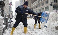 Foto: Sniegs pārklāj ASV, rada haosu un laupa dzīvības
