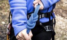 Piedzīvojumu parkā laižoties ar trosi, sieviete salauž kāju