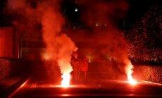 Foto: Demonstranti Atēnās policijas virzienā raida akmeņus un 'Molotova kokteiļus'