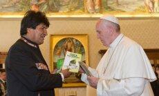 Bolīvijas prezidents iesaka pāvestam košļāt kokas krūma lapas