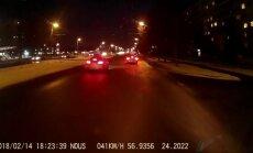 Video: Rīgā uz gājēju pārejas auto gandrīz notriec bērnu