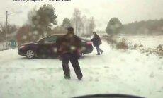 Video: stulbākā avārija – iestumt auto no viena grāvja otrā