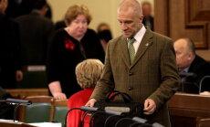 Par aizvainojošiem izteikumiem kritizēto Kalnozolu tomēr patur Zaļajā partijā