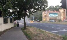 Video: Lielirbes ielā aizdegusies automašīna