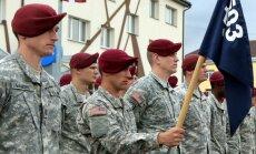 Foto: Valsts svētkos līdzās latviešiem soļo amerikāņu karavīri