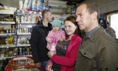 Foto: Medvedevs bildē bildītes un apmeklē veikalus Kuriļu salās