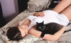 Ieteicamākās gulēšanas pozas saldākam un mierīgākam miegam gaidību laikā