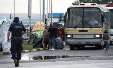 Grieķijas policija pārvieto migrantus no nometnes Maķedonijas pierobežā