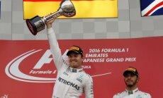 Rosbergs droši uzvar F-1 posmā Japānā; Hamiltons pēc neveiksmīga starta paliek trešais