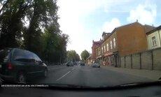 Video: Auto Liepājā aiztraucas pie sarkanās gaismas