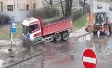 ВИДЕО: И снова фонтан! Грузовик застрял на месте аварии водопровода на улице Петерсалас