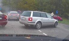 Video: Neveiksmīgs manevrs un trīs auto sadursme Purvciemā