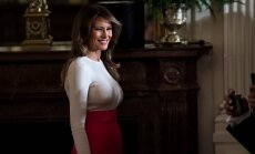 Melānija Trampa žilbina ļoti pieguļošā tērpā