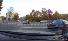 ВИДЕО: Когда мотоциклист упал, люди просто проходили мимо