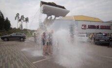 Video: Kaspars Kambala un HK 'Kurbads' ar traktora palīdzību atbild 'ledus spaiņa' izaicinājumam