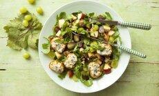 Vīnogu salāti ar rukolu un grauzdiņiem, kas apsmērēti ar zilo sieru
