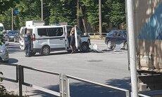 Video: Policijas busiņa un vieglā auto sadursme pie 'Alfas'