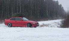 Video: Skaņkalnē BMW ar eglīti uz jumta driftē pa mežu