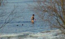Foto: Ķengaragā kāda drosminiece atklāj peldsezonu