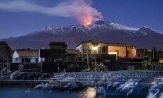 Vulkāns Etna lēnām virzās uz jūras pusi, secina zinātnieki