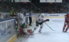 Video: 'Ak Bars' hokejists 'ielīmē' bortā pretinieku