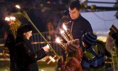 Foto: Lāčplēša dienā 11. novembra krastmalu izgaismo tūkstošiem svecīšu