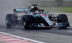 Hamiltons uzvar lietainā Ungārijas F-1 posma kvalifikācijā