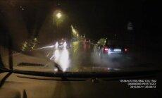 Video: Pārgalvīgs autovadītājs klaji ignorē satiksmes noteikumus