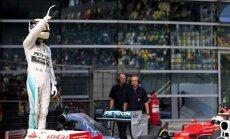 Hamiltons plūc laurus arī Ķīnas 'Grand Prix' kvalifikācijā