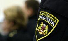 Uzlaužot dzīvokļa durvis, policisti izglābj bez uzraudzības atstātu divgadīgu meitenīti