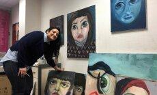 Parīzē durvis vērusi galerija, kurā izstādīti bēgļu mākslas darbi