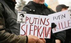 Pie Krievijas vēstniecības aiztur Latvijas Ukraiņu kongresa priekšsēdētāju un TV3 operatoru; akcijā pulcējas 50 cilvēki