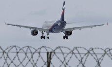 Video: Parīzē piedzērusies aviopasažiere policistiem draud, ka Putins viņus nogalinās
