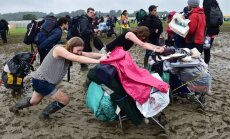Haoss un 10 stundas sastrēgumā: fani ierodas Glastonberijas festivālā