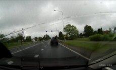 Video: Siguldā 'Jeep Grand Cherokee' krustojumu šķērso pie sarkanās gaismas
