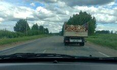 Video: Ar malku piekrauts kravas furgons rada bīstamu situāciju uz ceļa