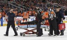 Video: Pēc sadursmes ar hokejistu NHL tiesnesi no laukuma aiznes uz nestuvēm