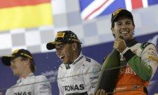 Aizraujošā sacīkstē Bahreinā uzvar Hamiltons, uz pjedestāla arī Peress