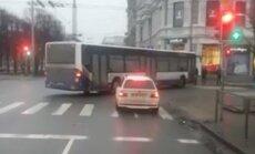 Video: Nepieklājīgs autobusa vadītājs Rīgas ielās