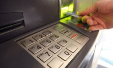 Krimā bankas pārtrauc izmaksāt skaidru naudu; cilvēki stāv rindās