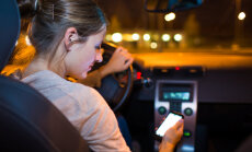 Telefona lietošana pie stūres gadā izraisa vairākus simtus avāriju, lēš apdrošinātājs