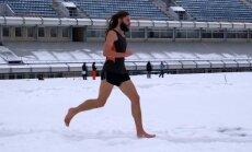 Latvietis labo Ginesa rekordu skriešanā ar basām kājām pa sniegu