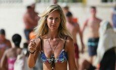 Foto: Visaušīgākā britu lēdija bikini gozējas Barbadosā
