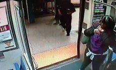 Video: Policisti pieņem dzemdības metro