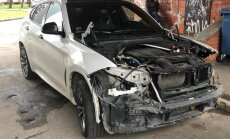 Foto: Pļavniekos ļaundari izrēķinājušies ar 'BMW X6'