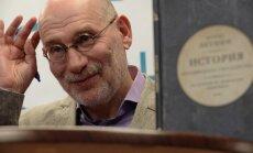 Detektīvromānu autors noraida Putina ielūgumu, protestējot pret politieslodzīto turēšanu cietumos