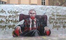 'Slepkava un zaglis': Berlīnē apķēpā uz Putina dzimšanas dienu parādījušos grafiti