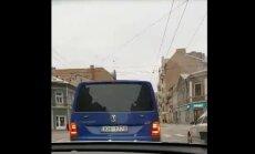 Video: VID auto veic pēkšņu manevru pie sarkanās gaismas