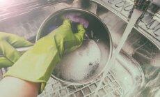 6 вещей, которые нельзя сливать в раковину при мытье посуды и уборке