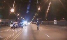 Čikāgas policija publisko video, kurā policists nošauj melnādainu pusaudzi